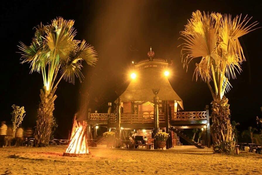 Phúc Land chia sẻ hình ảnh quán cafe nhà sàn huyền ảo và lung linh về đêm