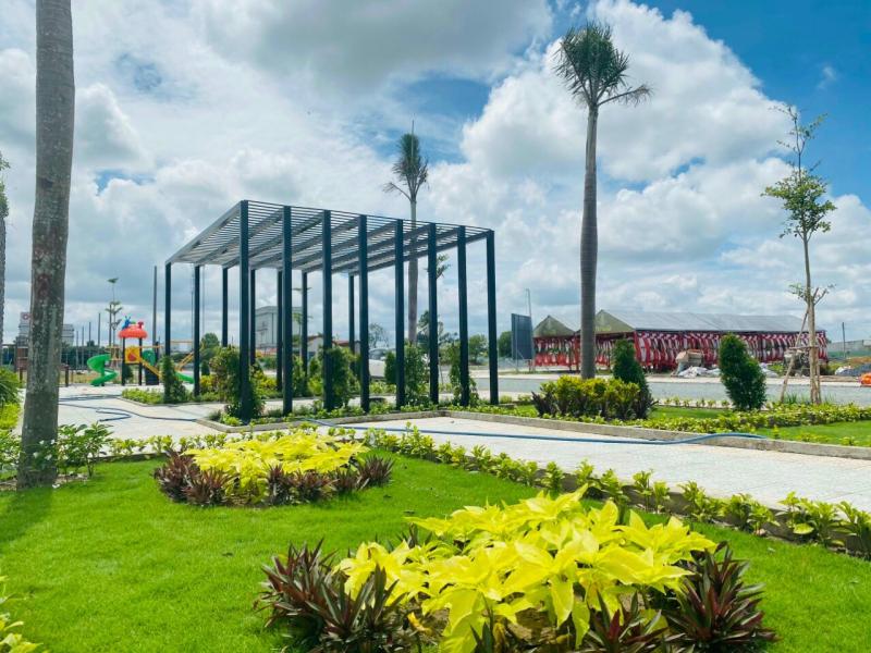 Công viên trung tâm rộng hơn 5.500m2 với rất nhiều cây xanh, hoa lá đã hoàn thiện 100%