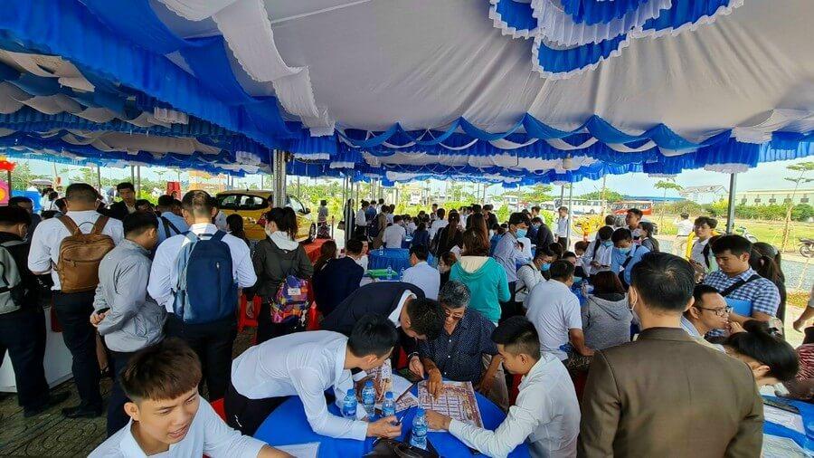 Mặc dù thời tiết xấu nhưng sự kiện mở bán giai đoạn 2 dự án Tân Lân Residence vẫn thu hút rất đông khách hàng đến tham dự