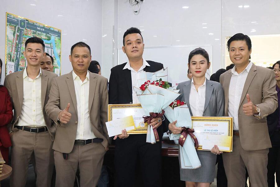 Ban lãnh đạo Phúc Land trao hoa và bằng khen cho 2 nhân viên kinh doanh xuất sắc nhất hệ thống