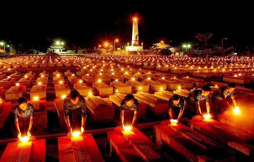 Hình ảnh những ngọn nét lung linh rực sáng trong đêm 26/07 tại một nghĩa trang liệt sỹ tỉnh Quảng Trị