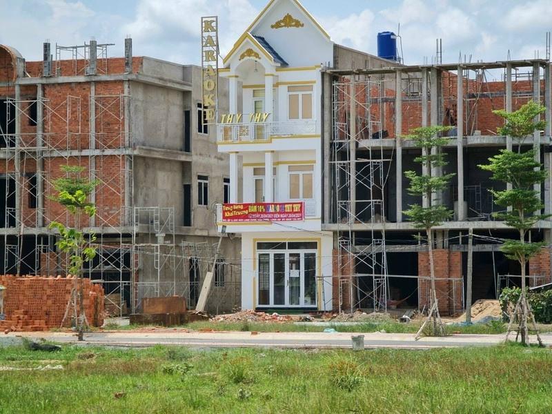 Tại Long Cang Riverpark, rất nhiều công trình nhà ở được khách hàng xây dựng sau khi được Phúc Land bàn giao nền đất