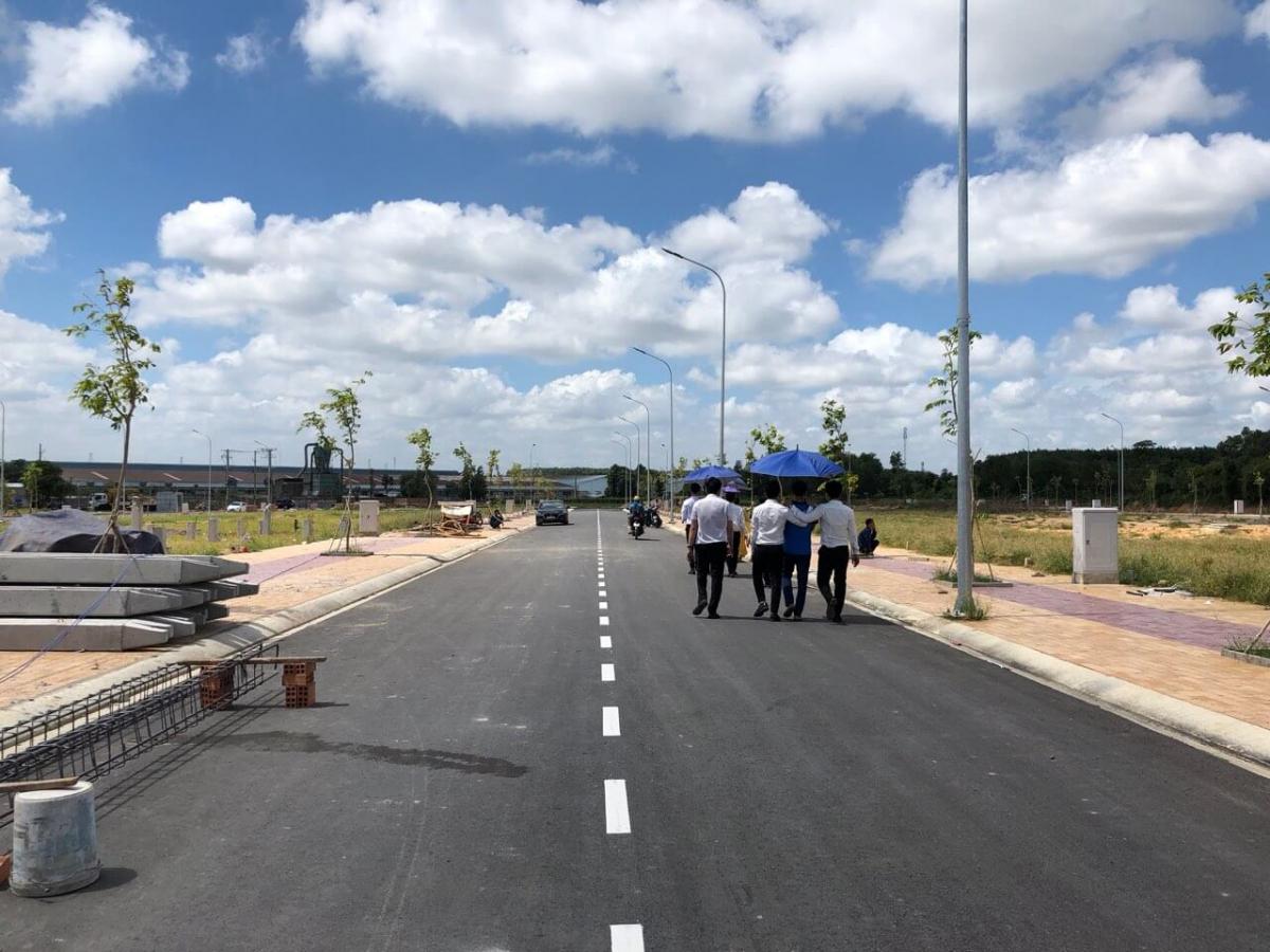 Hạ tầng dự án Long Cang Riverpark đường đã trải nhựa và lót gạch vỉa hè