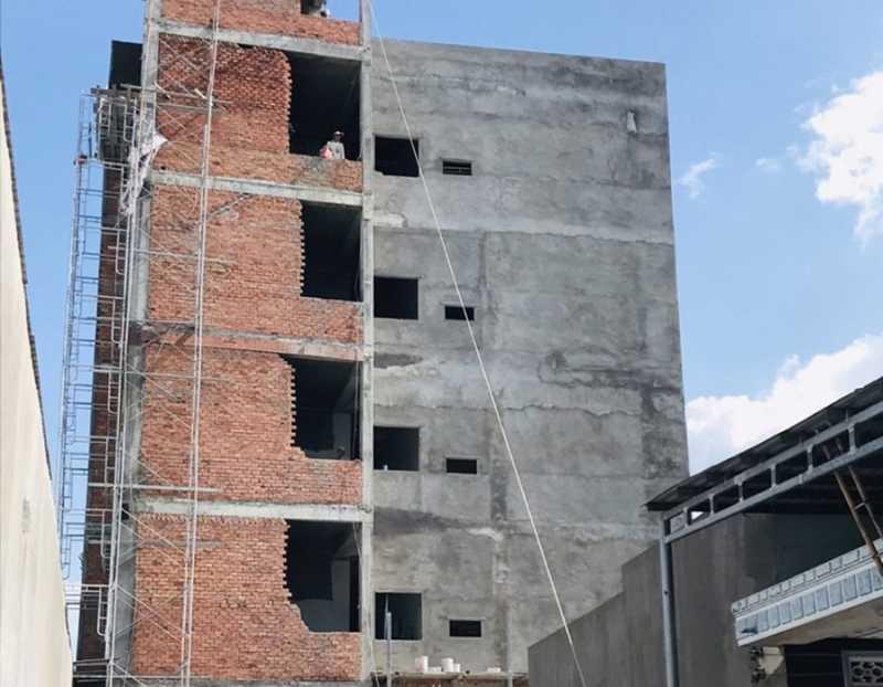 Công nhân đang tiến hành thi công tô tường mặt trước của dự án. Hotline chủ đầu tư: 0979.113.266