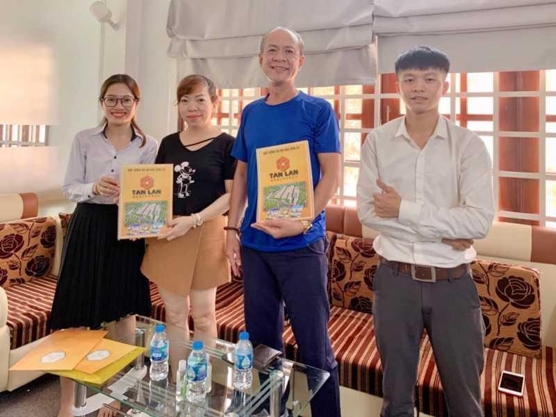 Chú Tuân (thứ 2 từ trái sang) đã đặt mua cùng lúc 3 sản phẩm tại dự án khu đô thị Tân Lân Residence
