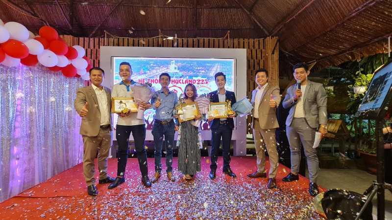 Ông Nguyễn Anh Việt cùng ban lãnh đạo trao thưởng cho Top 3 nhân viên xuất sắc nhất Phúc Land